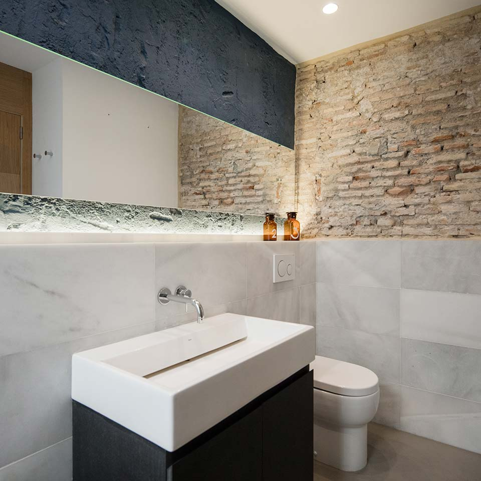 Baño decorado con mármol blanco natural
